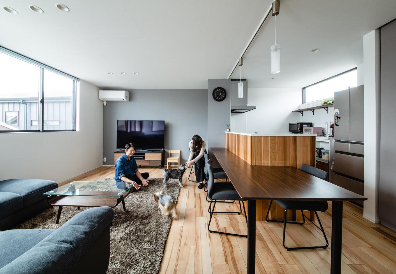 ハウスコネクト【デザイン住宅、収納力、間取り】日当たりとプライバシーを確保するため、LDKを2階に配置。大きなL字型ソファありきの間取りだったので、ダイニングテーブルを置かず、キッチンと一体型にした