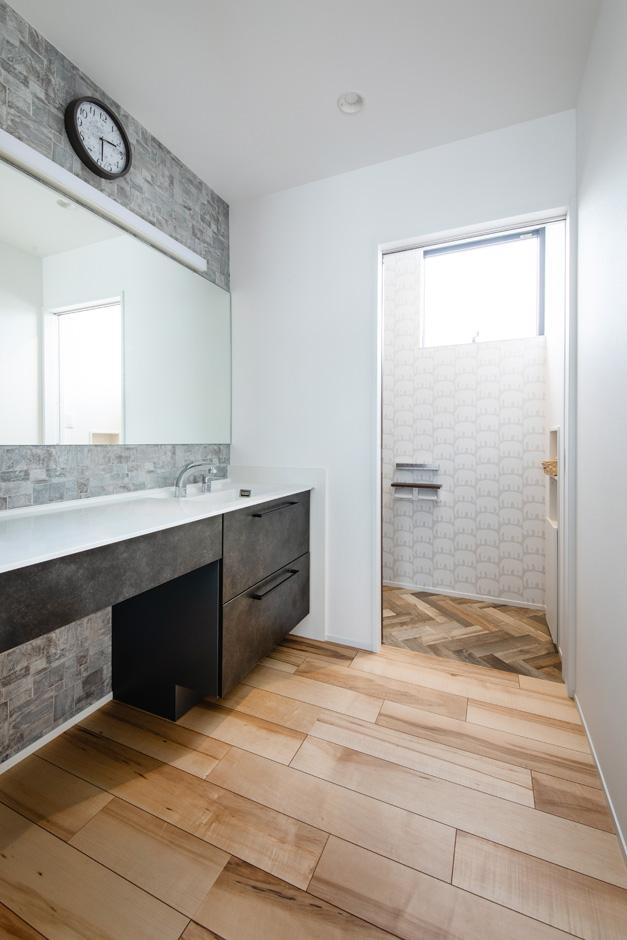 ハウスコネクト【デザイン住宅、収納力、間取り】ワイドな鏡でデザインと使い勝手を両立させた洗面コーナー兼パウダールーム。脱衣室と浴室は1階にあるので、誰かが入浴中でもいつでも自由に洗面や手洗いができる