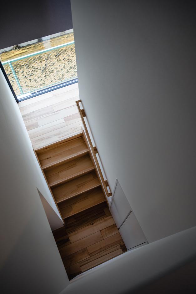 ハウスコネクト【デザイン住宅、収納力、間取り】踊り場の地窓から川の景色が見える階段。この窓があるだけで、明るさと開放感が全然違ってくる