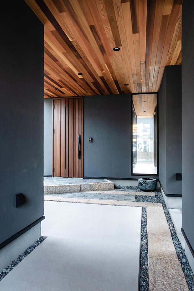 ハウスコネクト【デザイン住宅、収納力、間取り】日当たりが悪く、庭が十分に取れない、収納も足りないことから、1階をピロティにした。ガレージ、倉庫、玄関、サニタリーという4つの箱で2階を支えるイメージ。ポーチの天井はレッドシダー