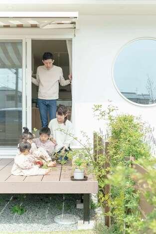 季節の便りを運ぶ庭で花開く家族の笑顔
