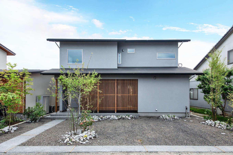 フジモクの家(富士木材)【富士市五貫島667-8・モデルハウス】一見シンプルに感じる外観は周囲の景観と調和しつつも、ほどよい個性と色あせない魅力をまとう。角度を抑えた屋根が落ち着きを、縦格子と玄関回りの瓦タイルがさりげない和の風情を演出。通りからの視線にも配慮されている