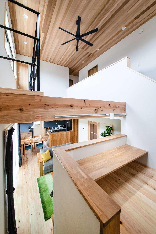 フジモクの家(富士木材)【富士市五貫島667-8・モデルハウス】1階と2階をゆるやかにつなぐスキップフロアに用意されたカウンターは宿題によし、リモートワークによし。キッチン正面に位置し、自然なコミュニケーションも育む。下部は収納となっていて、節句人形など大きな荷物の出し入れも容易
