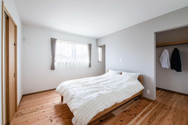 フジモクの家(富士木材)【富士市五貫島667-8・モデルハウス】2階には寝室と2つの子ども部屋を用意。寝室は通り抜け可能なウォークインクローゼットにより、限られたスペースながら十分な機能性が提供されている。2階の床も無垢。標準として使用される県産のスギが敷かれている