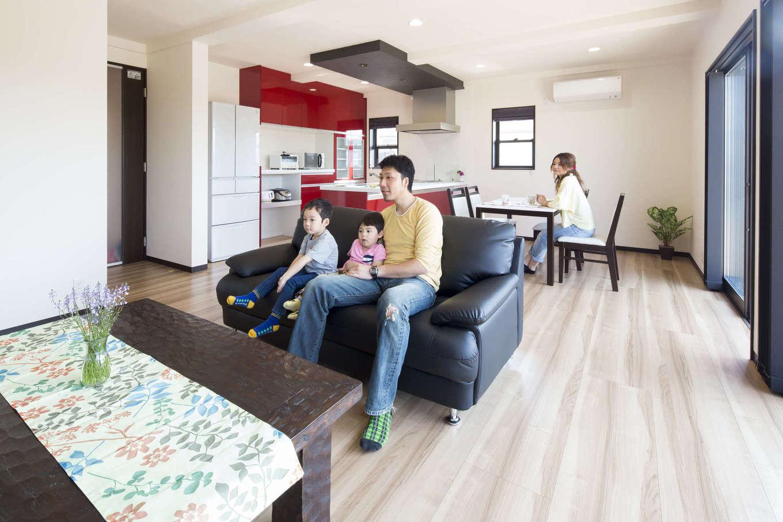 オバタ工務店|家事をするときも、テレビを見ながらくつろぐ時間も、家族みんなが一つの空間で気持ちよく過ごせるようにつくられたLDK。改修の際に断熱を一新し、一年中室温は快適だ