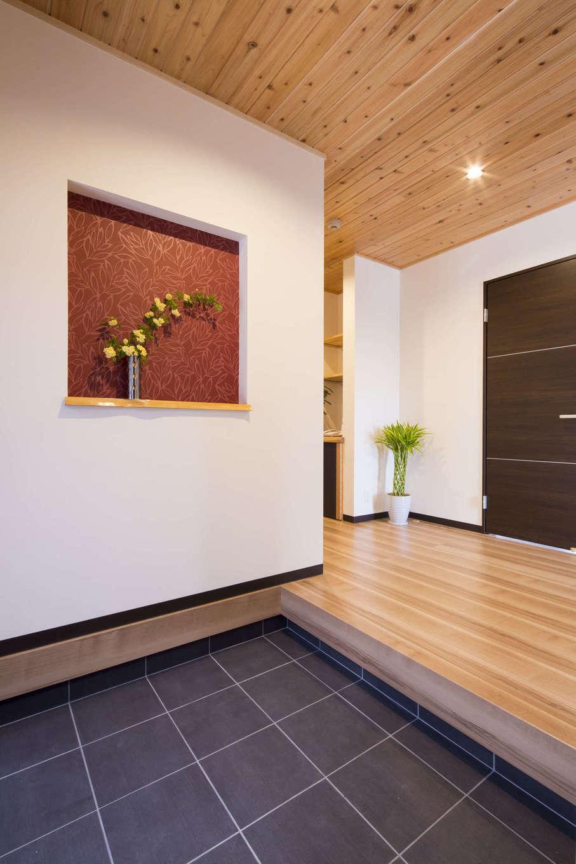 オバタ工務店|玄関ホールから廊下など、天井にはスギやヒバの無垢材をあしらった。ニッチに張った赤い壁紙との相性もいい