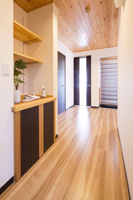 オバタ工務店|廊下にある電話台や、玄関のシューズクロークなど、収納類はすべて大工によるオリジナル製作