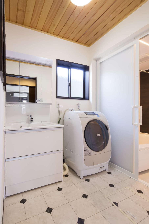 オバタ工務店|白をベースにモノトーンでコーディネートした洗面脱衣室に、天井の無垢板がよく映える
