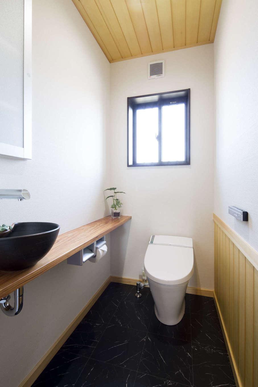 オバタ工務店|トイレの内装にも木をふんだんに取り入れた。カウンターや手洗いボウルまでこだわり、ホッとくつろげる空間に