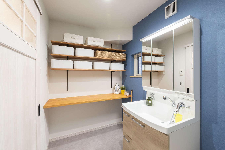 F.Bird HOUSE(袴田工務店)【静岡市葵区羽鳥3-7-36-1・モデルハウス】洗面室に付けたオープンな可動棚は家族それぞれのタオルや衣類をかごに仕分けて収納するのに便利。下の台でアイロンがけもできる