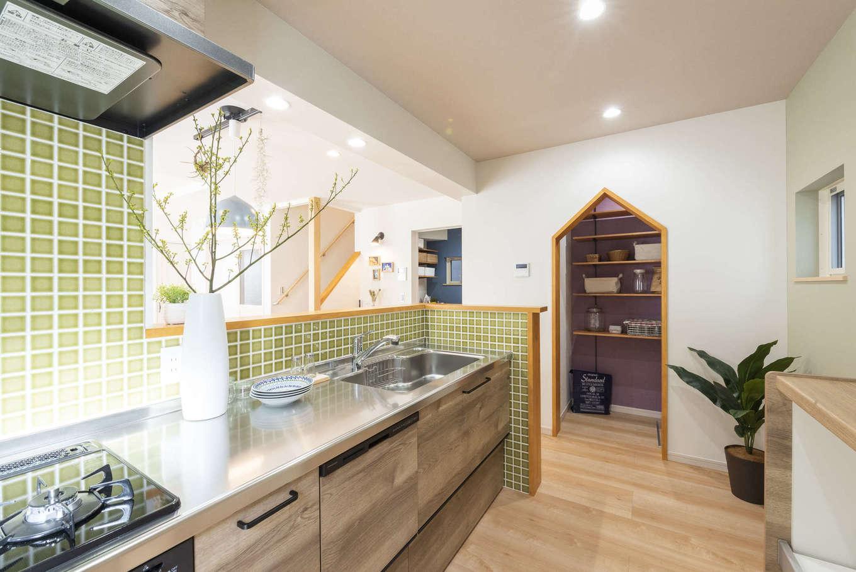 F.Bird HOUSE(袴田工務店)【静岡市葵区羽鳥3-7-36-1・モデルハウス】キッチン内側はオプションでタイルに変更も可能。三角垂れ壁のパントリーは可動棚で使いやすいようにアレンジできる