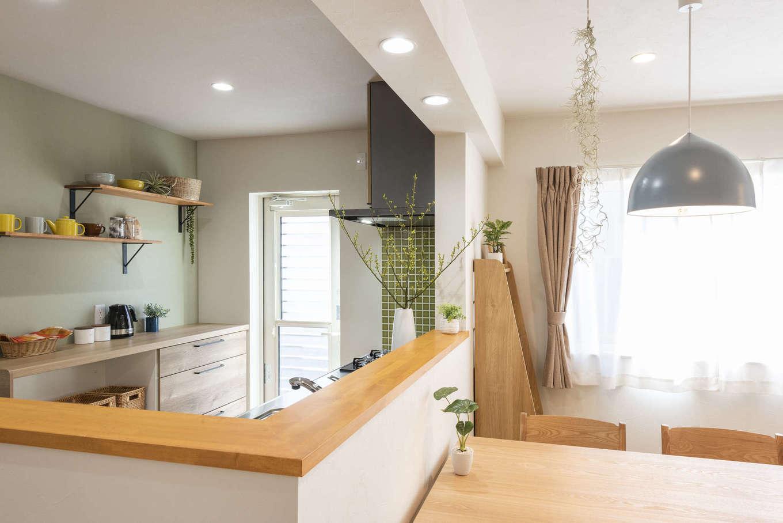 F.Bird HOUSE(袴田工務店)【静岡市葵区羽鳥3-7-36-1・モデルハウス】配膳しやすいオープンなキッチンカウンターは、垂れ壁にダウンライトを埋め込んですっきりと。キッチン背面はオープン棚とペールグリーンのクロスでカフェ風に