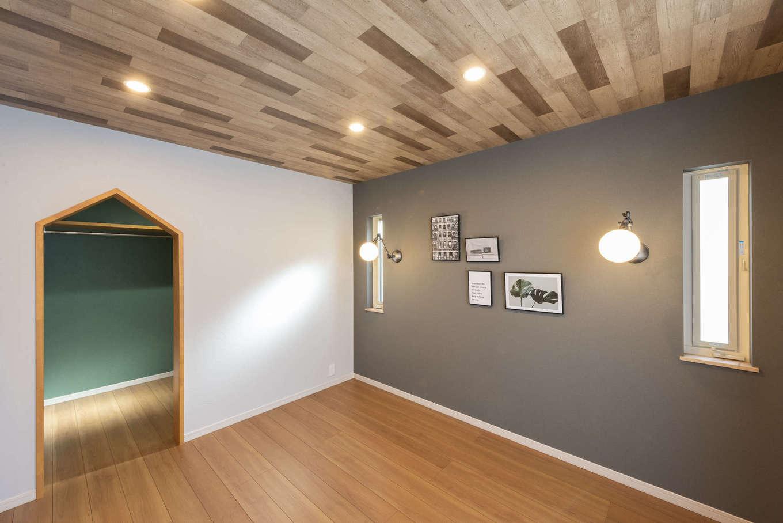 F.Bird HOUSE(袴田工務店)【静岡市葵区羽鳥3-7-36-1・モデルハウス】寝室は木目調の天井と落ち着いた色のクロスで男前な雰囲気に。3畳のウォークインクローゼット付き