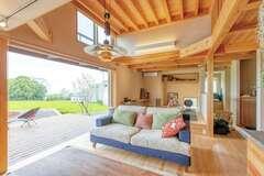 茶畑を愛で、木と会話する 大開口リビングの心地いい家