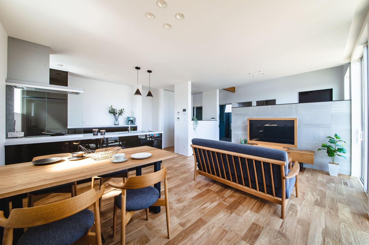 S.CONNECT(エスコネクト)【ペット、建築家、平屋】永く住む家なので、明るくて落ち着いた感じがいいなと、床は明るめなタイプを選んだ