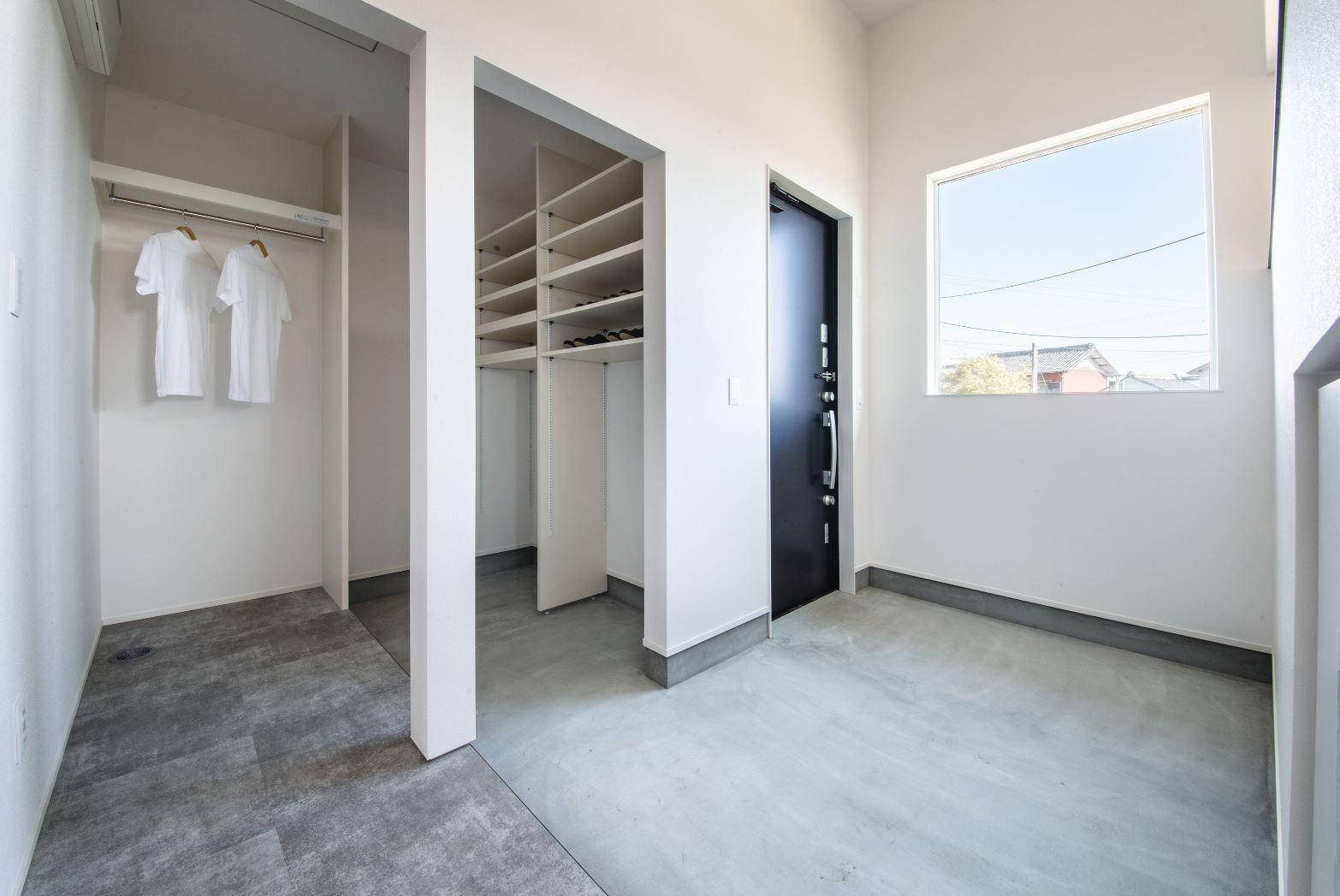 S.CONNECT(エスコネクト)【ペット、建築家、平屋】コンクリート調のフロアタイル廊下とつながりを感じられる土間。収納スペースも充分に確保