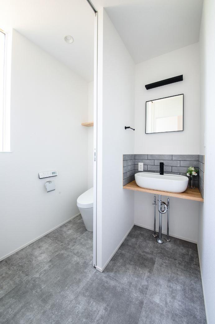 S.CONNECT(エスコネクト)【ペット、建築家、平屋】トイレがリビングに近いと音が気になるし、来客時にお客様がトイレを利用しやすいように配慮して、お手洗いとリビングを離して設けた