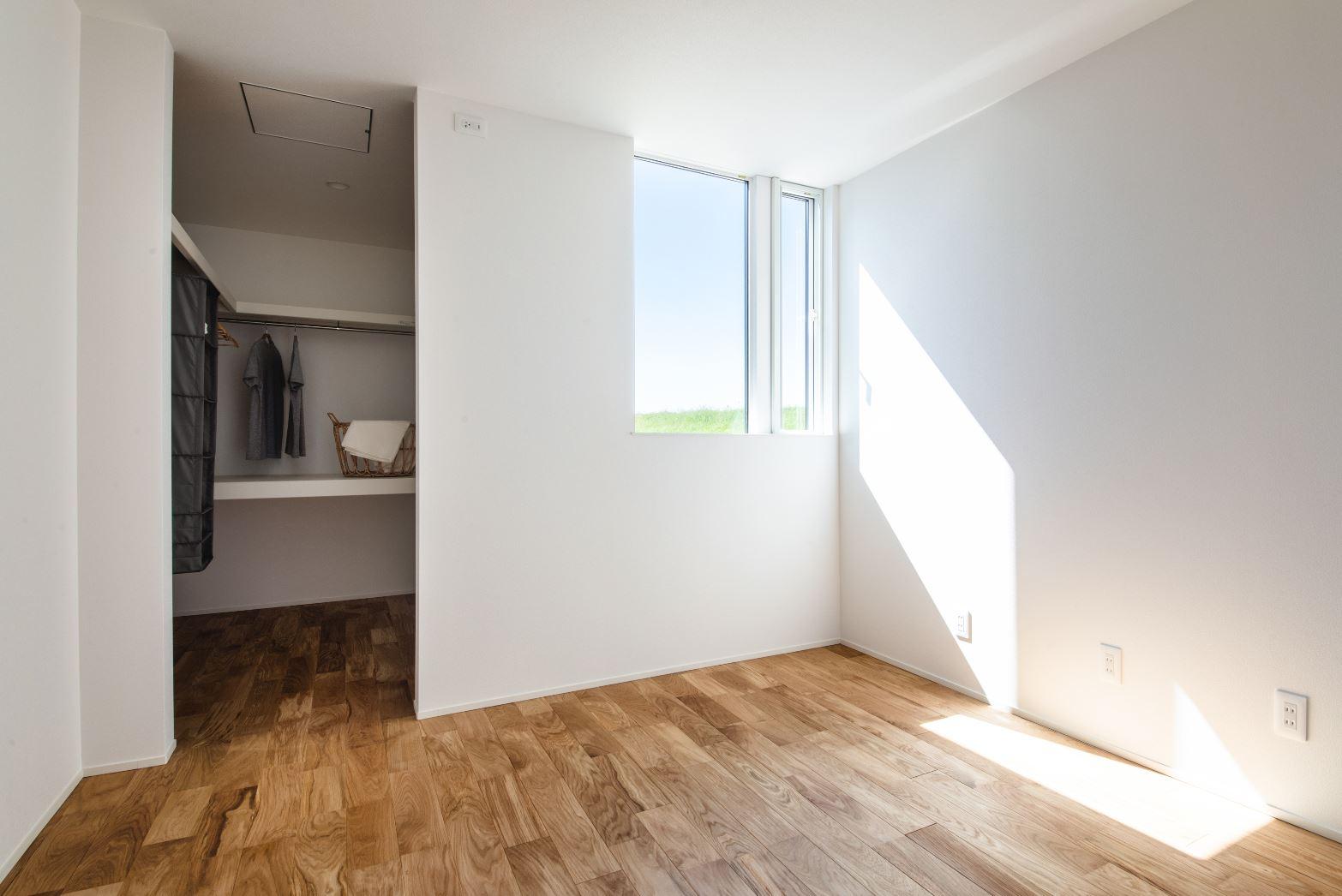 S.CONNECT(エスコネクト)【ペット、建築家、平屋】部屋自体も広く使うために、子ども部屋にはクローゼットを設けず、アイアンのハンガーパイプだけのオープンクローゼットを採用
