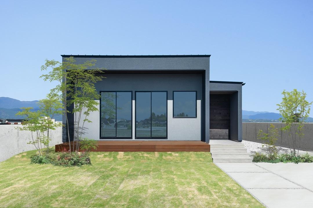 S.CONNECT(エスコネクト)【ペット、建築家、平屋】外観は室内と雰囲気を変えて濃いグレーを採用