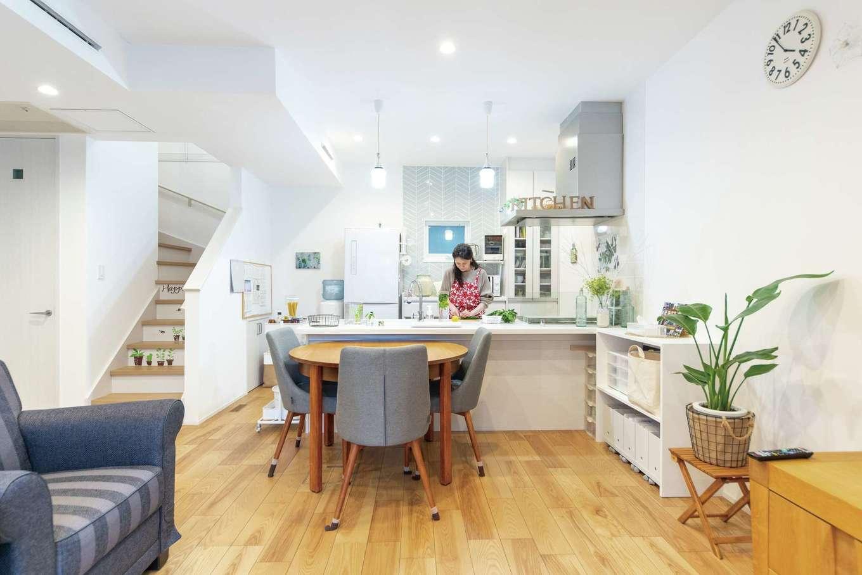 OWN RESORT HOME(オウンリゾートホーム)【1000万円台、デザイン住宅、インテリア】ダイニングセット、テレビボード、ソファなどの家具は同社のショップでセレクト。雰囲気にマッチするインテリアが提案され、気に入ったものを採用した