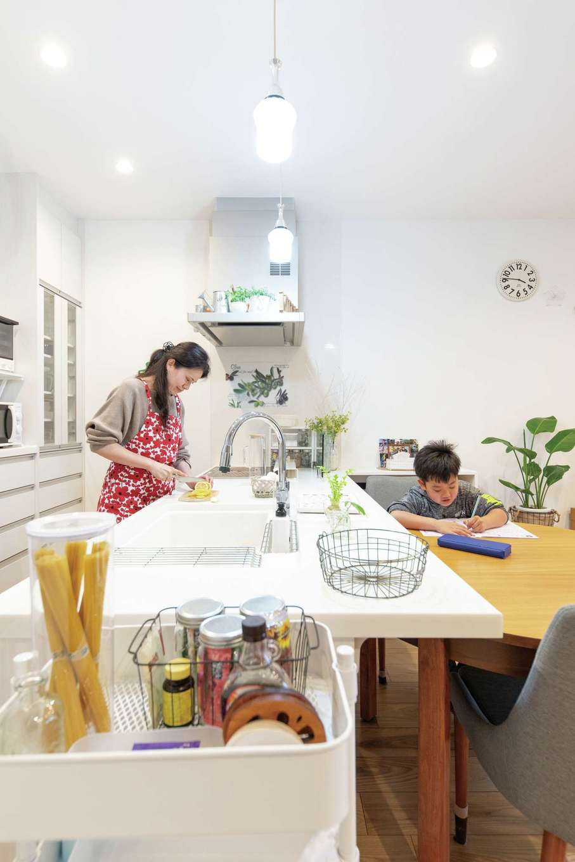 OWN RESORT HOME(オウンリゾートホーム)【1000万円台、デザイン住宅、インテリア】対面キッチンとリビング階段は奥さまの希望。キッチンに家族の声と気配が集まり、自然なつながりが生まれるよう計画されている