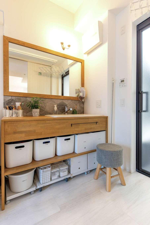 OWN RESORT HOME(オウンリゾートホーム)【1000万円台、デザイン住宅、インテリア】洗面台は造作仕立て。無垢とタイルによるナチュラルな雰囲気だけでなく、使い勝手や収納にも要望が溶け込む。帰宅後すぐに手洗いができるよう、玄関から直接アクセスできる動線も設けられた