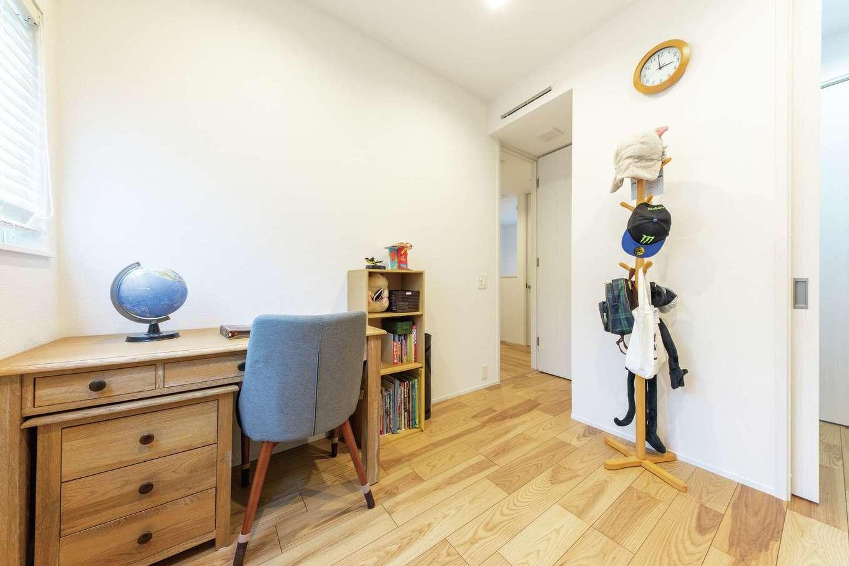 OWN RESORT HOME(オウンリゾートホーム)【1000万円台、デザイン住宅、インテリア】2階には寝室と2つの個室を用意した。右手のウォークインは隣室との共用が可能。限られたスペースを有効活用している