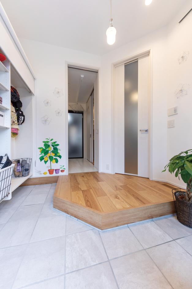 OWN RESORT HOME(オウンリゾートホーム)【1000万円台、デザイン住宅、インテリア】L字の土間と斜めの框で、広さと利便性を両立。収納もロールスクリーンとすることで、スペースとコストが抑えられた。右の扉はLDKへ、正面は洗面に続く