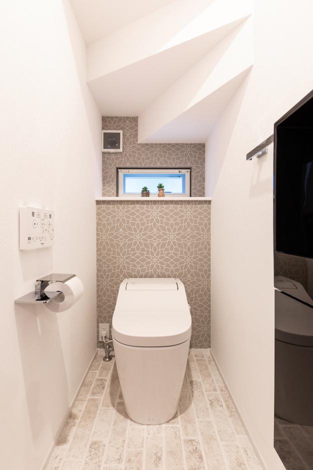 OWN RESORT HOME(オウンリゾートホーム)【1000万円台、デザイン住宅、インテリア】トイレにも洗練が行き届く。クロスやフロアに加え、ペーパーホルダーなどのパーツもていねいに選んだ