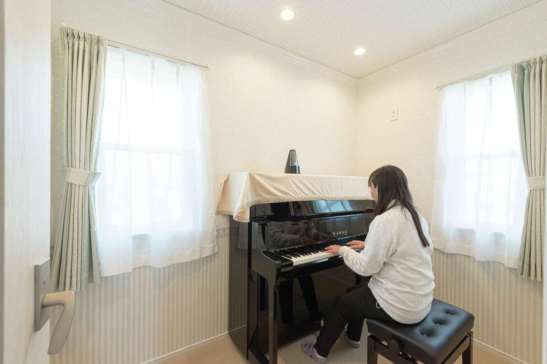 ハウジング小林【デザイン住宅、輸入住宅、間取り】吸音板や防音サッシ、防音ドアを使って仕上げた防音室は3畳。2歳からピアノを続けている奥さまのための部屋だ