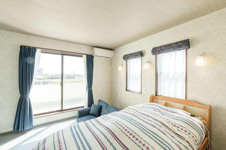 ハウジング小林【デザイン住宅、輸入住宅、間取り】ベランダに面した2階の寝室はウォークインクローゼット付き