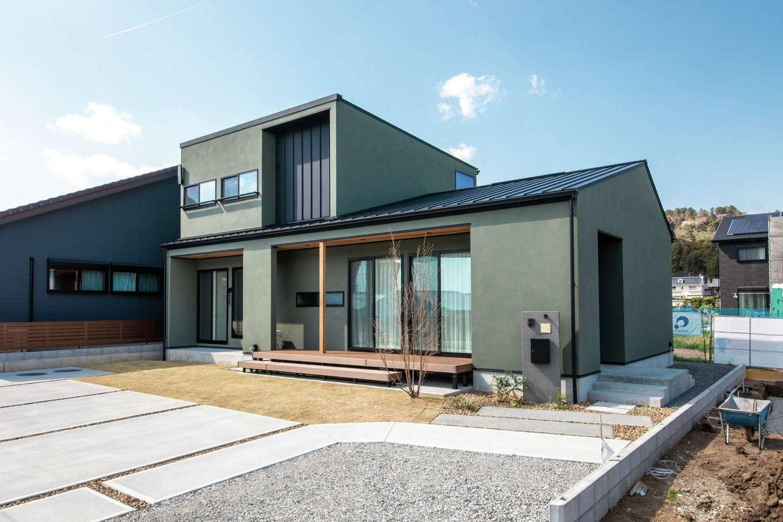 ワンズホーム【デザイン住宅、間取り、建築家】キャンプをはじめ、自然の中でのんびり過ごすのが好きな二人。奥さまは昔から「深い緑の外観の家で暮らしたい」という夢があり、それを塗り壁の色に採用!