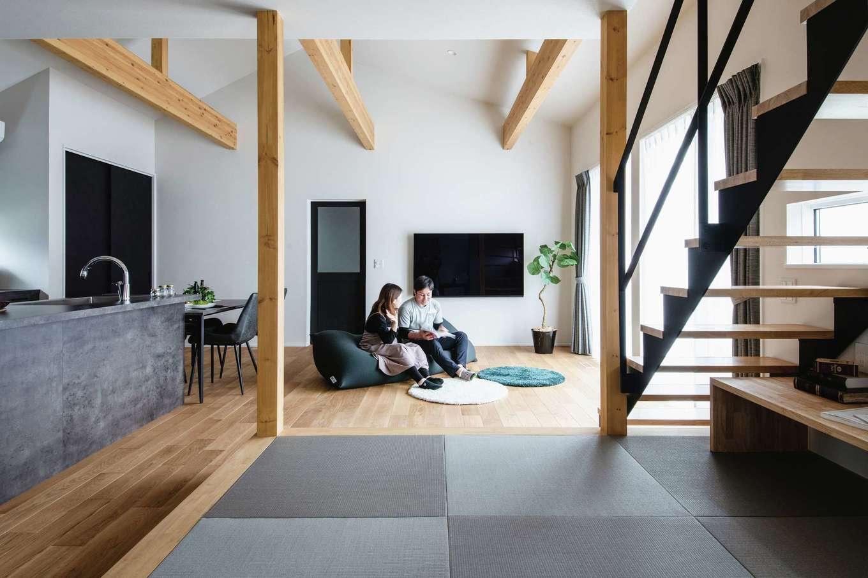 ワンズホーム【デザイン住宅、間取り、建築家】LDKは空間をゆるやかに仕切りながら、家族の息遣いがわかるレイアウトに。小上がりの畳スペースにある造作デスクは可動式