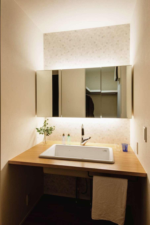 ワンズホーム【デザイン住宅、間取り、建築家】造作洗面台に「病院用流し」と呼ばれるシンクを設置。子どもの靴も洗えるサイズ
