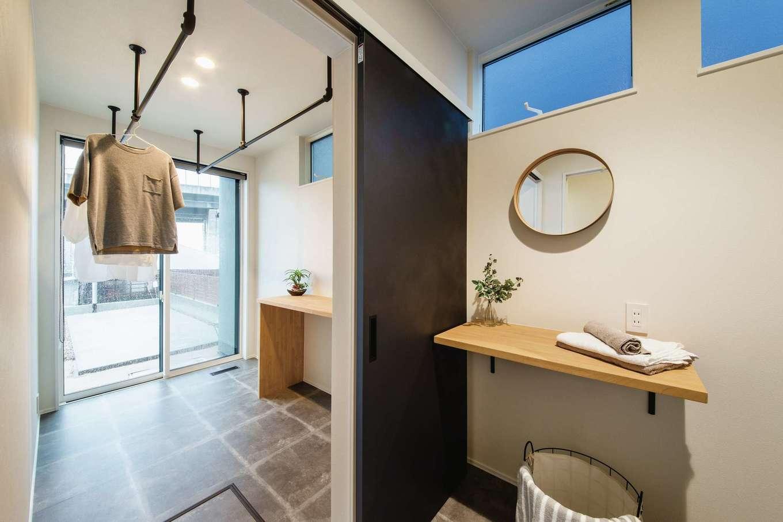 ワンズホーム【デザイン住宅、間取り、建築家】1階奥のランドリールームと脱衣所、浴室は家族だけのプライベートゾーン。来客の多い家だからこそ区切りは明確に、さらに共働き夫婦の家事時間短縮をサポート