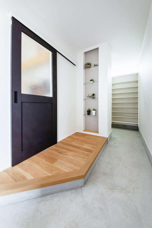 ワンズホーム【デザイン住宅、間取り、建築家】奥に土間収納を備えた玄関。大勢の仲間を迎えてもゆとりある広さ