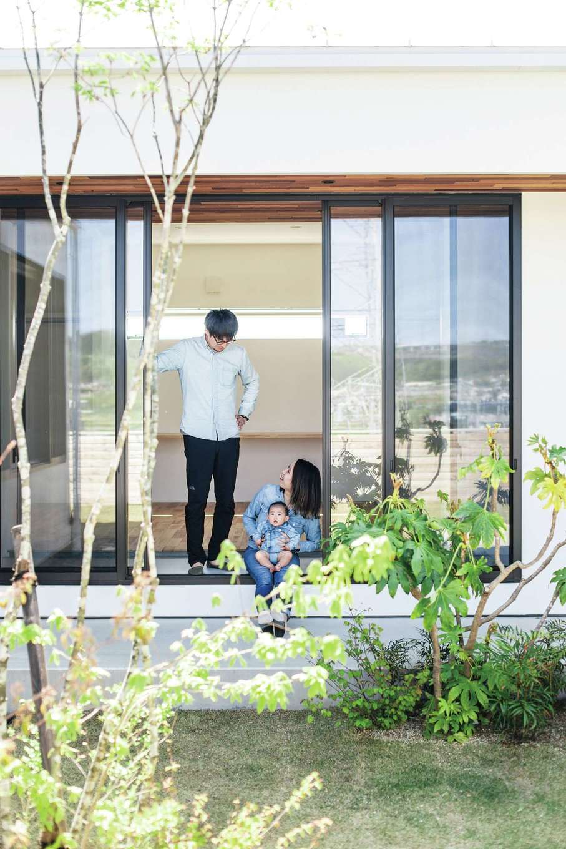 インフィルプラス【デザイン住宅、平屋、ガレージ】廊下から中庭の植栽を眺めながらのんびり過ごすひととき