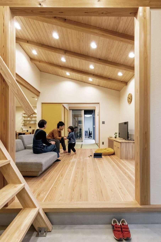 新栄住宅【和風、自然素材、間取り】土間と隣接したリビング。勾配天井を活かした開放感あふれる室内は、天竜杉のやさしい香りとぬくもりに癒やされる。循環型の「SHIN-EI床下エアコン」を搭載したことで、全室の温度差がほとんどなく、夏も冬も低燃費で快適に過ごすことができる