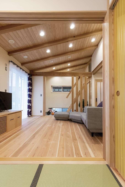 新栄住宅【和風、自然素材、間取り】リビングとフラットにつながる和室は間仕切り可能で、ゲストの寝室にも対応できる