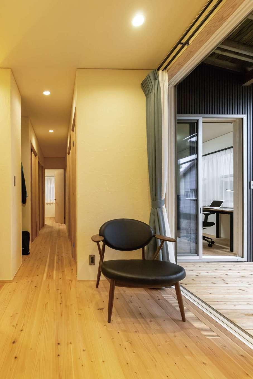 新栄住宅【和風、自然素材、間取り】視界が遠くまで伸びる長い廊下は平屋の醍醐味。中庭からたっぷりの光と風を取り込む