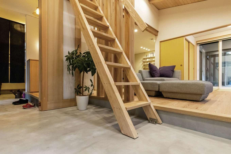 新栄住宅【和風、自然素材、間取り】モデルハウスを参考に取り入れた土間玄関は、ベビーカーや虫かごを置いたり。階段を上がると、お籠り感覚のロフトがある
