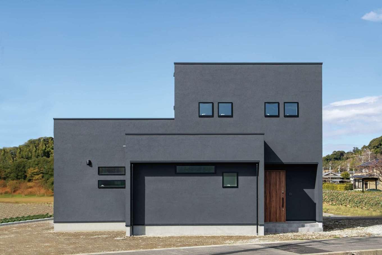 KureKen 榑林建設【デザイン住宅、省エネ、ガレージ】シャープなフォルムが目を引く外観。光によって印象を変える塗り壁の色合いは丁寧に吟味