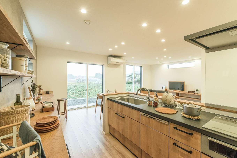 """KureKen 榑林建設【デザイン住宅、省エネ、ガレージ】キッチンは統一感を大切にした。造作の食器棚はリビングからの""""見え方""""も意識"""