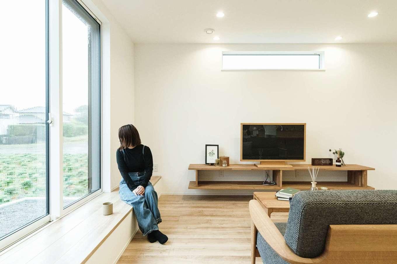 KureKen 榑林建設【デザイン住宅、省エネ、ガレージ】「日なたぼっこができたら」と希望した窓際のベンチ。ソファをたくさん置かずに済む上、お客さんの人数に柔軟に対応できることが魅力。荷物のちょっと置きや雑貨のディスプレイにも活躍