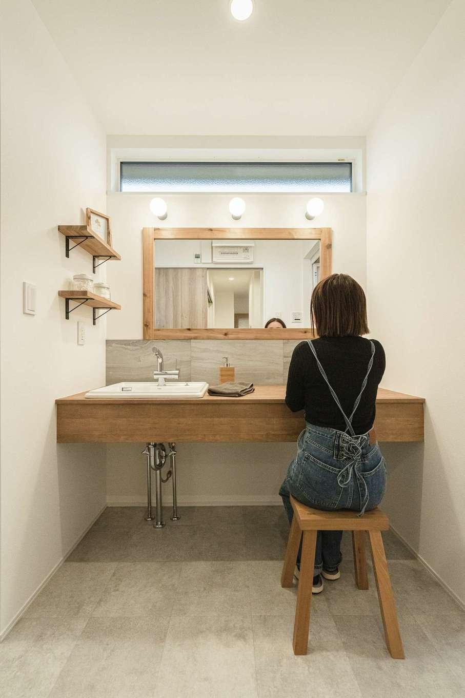 KureKen 榑林建設【デザイン住宅、省エネ、ガレージ】木、グレー、白でまとめ、ぬくもりと洗練が溶け合う洗面台に。左手は室内物干しを備えたランドリールームに続く