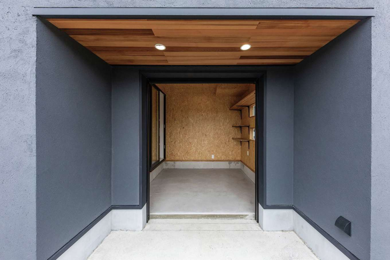 KureKen 榑林建設【デザイン住宅、省エネ、ガレージ】ご主人念願のガレージ。バイクが見えるよう、内部の扉はガラス製に