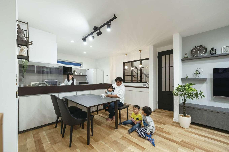 irohaco (アヴァンス)【デザイン住宅、子育て、間取り】上質なインテリアのセンスが光るLDK。デザインと高性能を兼ね備えた空間はZEH&BELS仕様で、光熱費を抑えつつ、夏も冬も快適に過ごせる