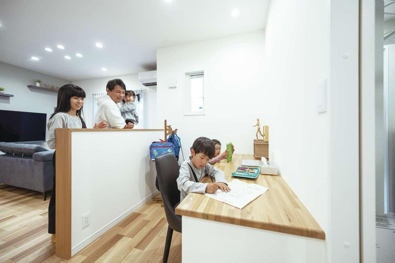 irohaco (アヴァンス)【デザイン住宅、子育て、間取り】造作のスタディコーナー。腰壁をつくり、リビングとつながりを持たせつつ独立した空間に。両親に見守られながら、子どもたちは安心して勉強やお絵描きができる