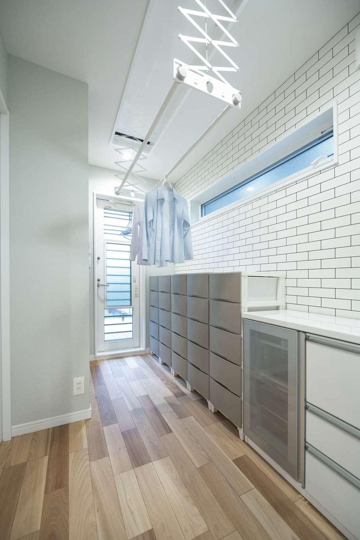 irohaco (アヴァンス)【デザイン住宅、子育て、間取り】洗面室と脱衣室を分けてゆったりと。家族それぞれの衣類を分けた収納BOXが便利