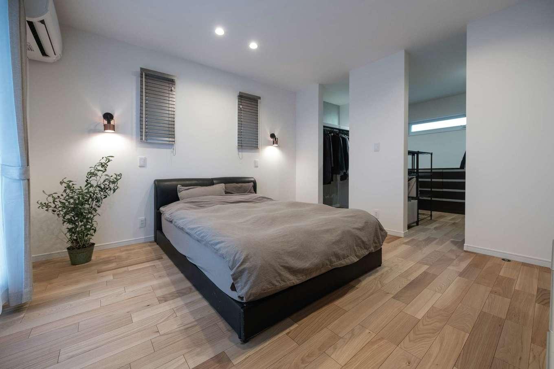 irohaco (アヴァンス)【デザイン住宅、子育て、間取り】主寝室内のウォークインクローゼットは、2か所の入口(中でつながっている)にあえて扉を付けず、空間をより広く見せる。ブラケットの灯りに癒やされながら、上質な眠りに導かれていく